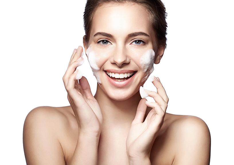 Rửa mặt thật sạch tránh tình trạng dầu tiết ra quá nhiều